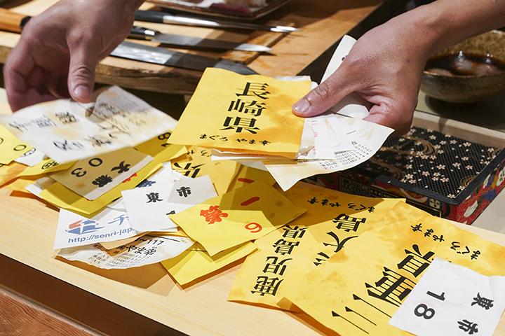 數量眾多的進貨單,展示著阿南主廚對食材品質的堅持,能進日本漁濩就進日本漁濩。 (圖 .蔡暉宏拍攝)