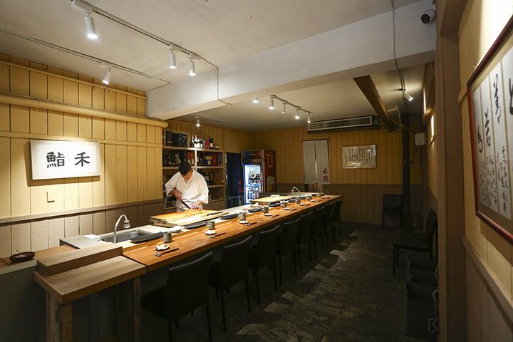 為了讓客人坐得舒服,禾鮨只設置了8個吧台位置。 (圖 .蔡暉宏拍攝)
