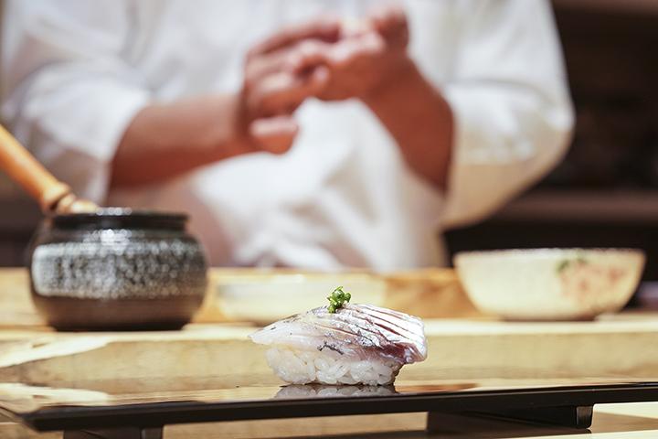 竹筴魚握壽司,竹筴魚簡單過個鹽水與鹽漬後,就與醋飯結合成美味一貫。(圖 .蔡暉宏拍攝)