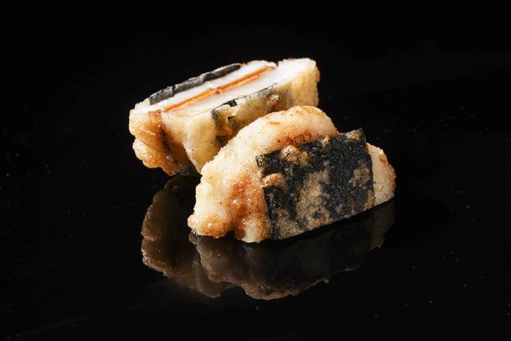炸物。台灣人不習慣整餐皆吃生食,因此阿南主廚會搭配些熱食料理,此為裡面加了烏魚子的炸干貝。 (圖 .蔡暉宏拍攝)