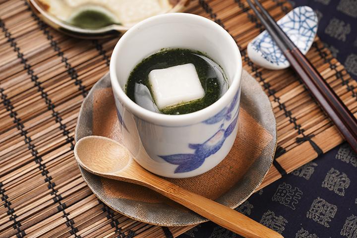 熟悉的茶碗蒸,搭配加了日本河藻製成的醬汁,多了一味鮮。最上頭再放上一塊軟口麻糬,層次豐同。吃完生食後,熱熱的吃這碗蒸物頗為舒心。 (圖 .蔡暉宏拍攝)