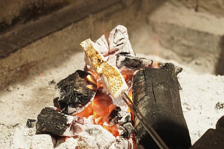 以木炭炙燒大溪紅喉,在燒烤過程就讓人食指大動。 (圖 .蔡暉宏拍攝)