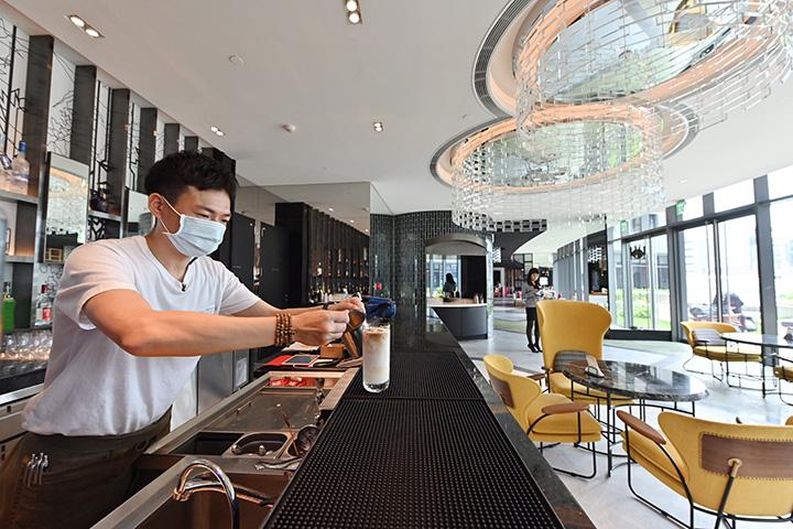餐廳一隅的小小酒吧,可以讓你享受微醺時光。 (圖.陳思明攝)
