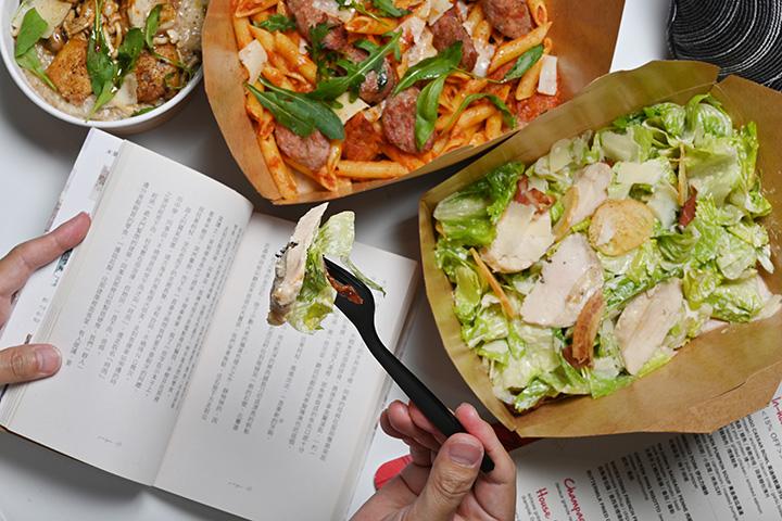 想在房間用餐,不妨就叫Room Service喔。圖為凱薩沙拉、肉腸筆管麵與無骨雞翅燉飯。 (圖.陳思明攝)