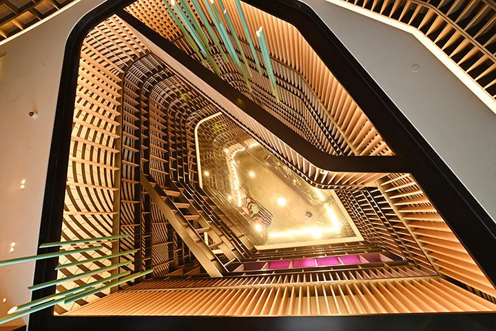 以龍舟為意象設計的大廳裝置藝術。 (圖.陳思明攝)
