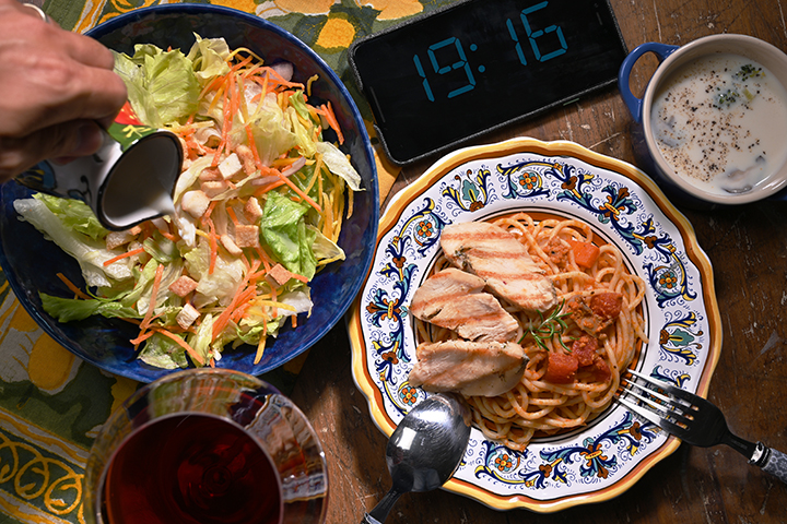 多麼有異國風情的晚餐,其實真正場景是家裡客廳。 (圖.陳思明攝)