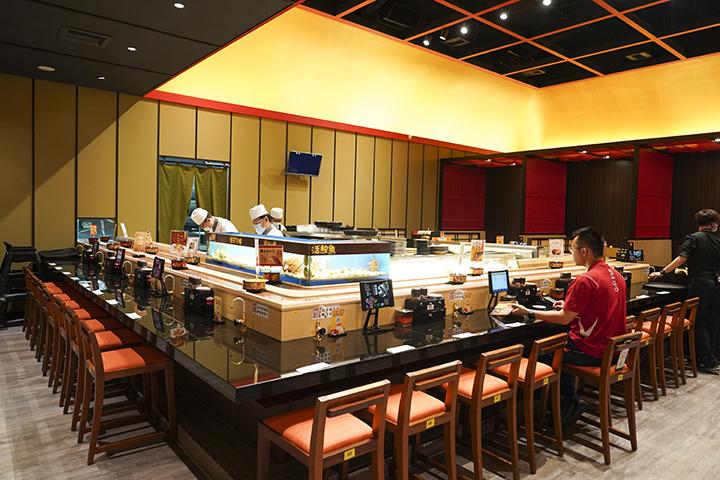 大漁まぐろ壽司的迴轉壽司檯設有水族箱,最新鮮的漁獲直接給客人看到吃到。 (圖.蔡暉宏攝)