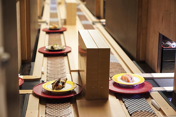 店家引進日本流れ鮨(Nagaresushi),堪稱「3.0版」日本迴轉壽司智慧型輸送系統。 (圖.蔡暉宏攝)