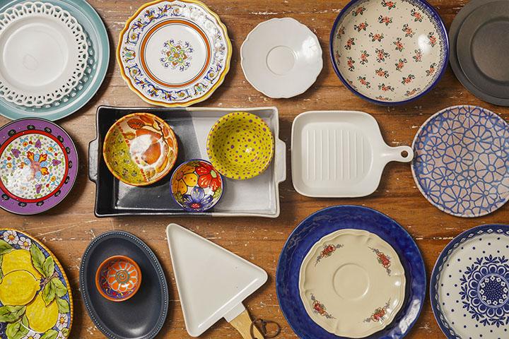 多多利用杯盤造型與花色,就可以創造出不同的餐桌心情。圖為食物設計師Chole Liang家中的冰山一角。 (圖.陳思明攝)