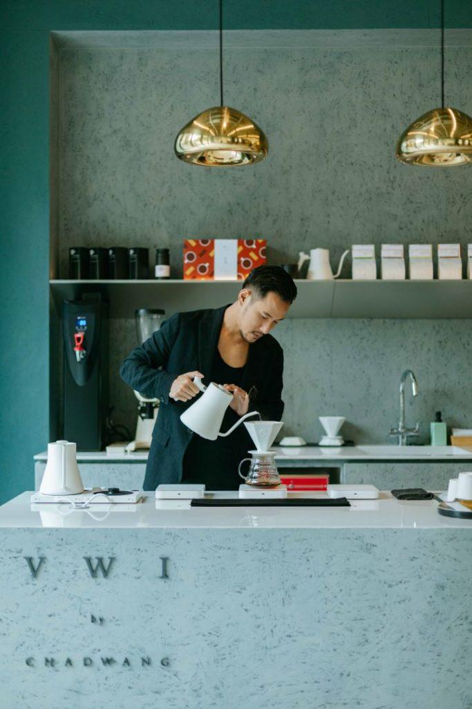 特別邀請世界咖啡冠軍王策開設手沖咖啡品牌VWI by CHADWANG。 (圖.明日選品 提供)