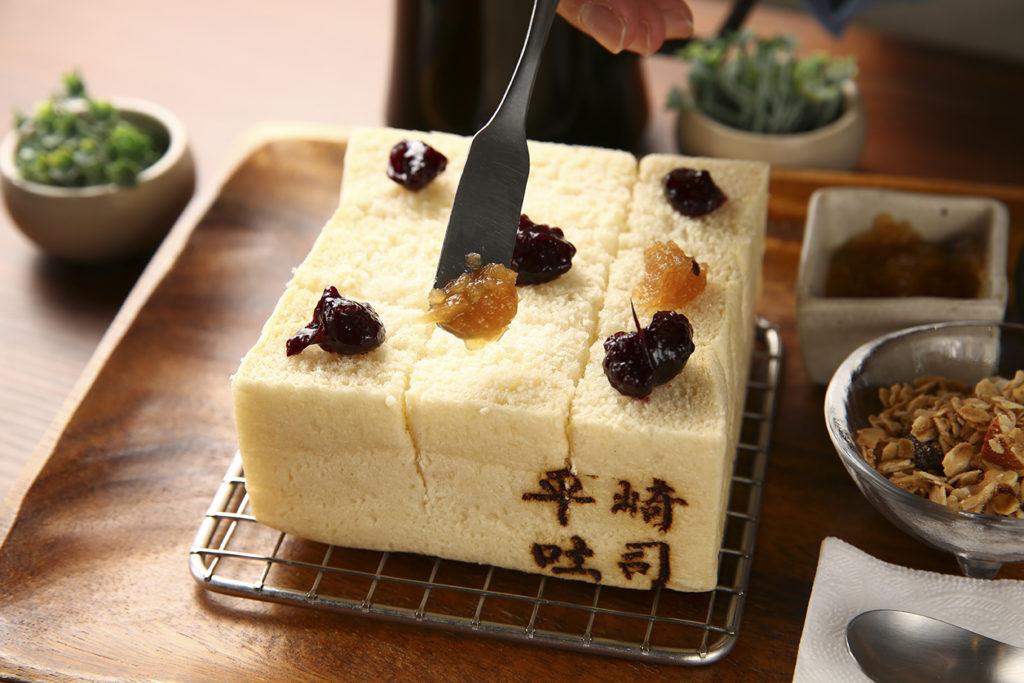 套餐含2至3種抹醬,圖為伯爵蘋果與綜合莓果。 (圖.蔡暉宏攝)
