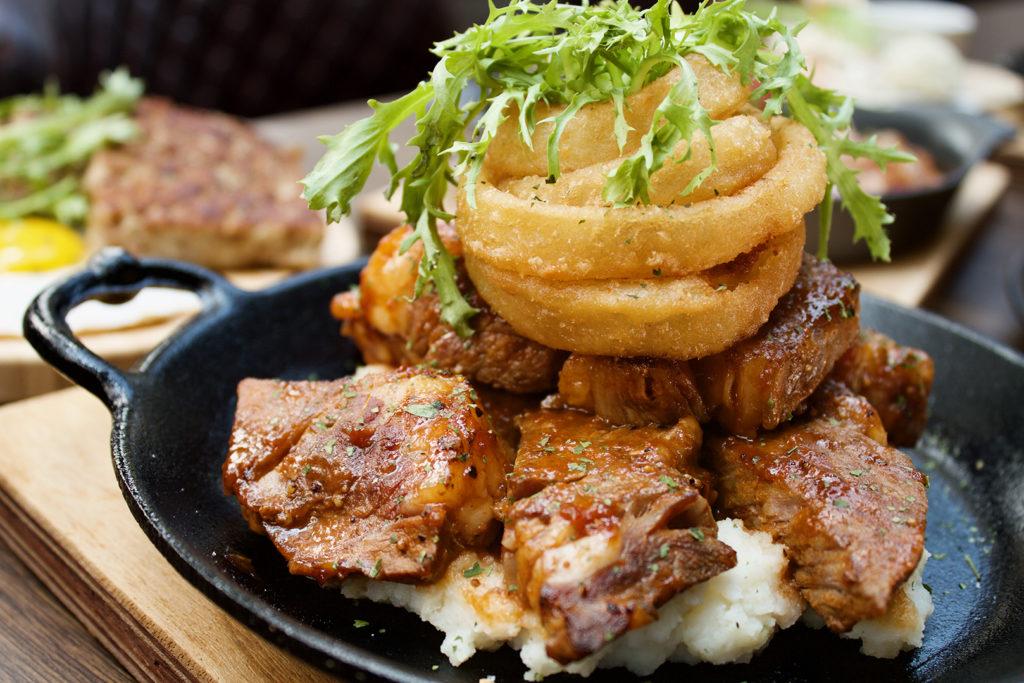 麻省烤肉風味牛排佐炸洋蔥圈、花生醬鳳梨牛肉漢堡、原木風味烤牛胸與愛荷華布爾格式牛排是必試菜單。(圖. ABV美式餐酒提供)
