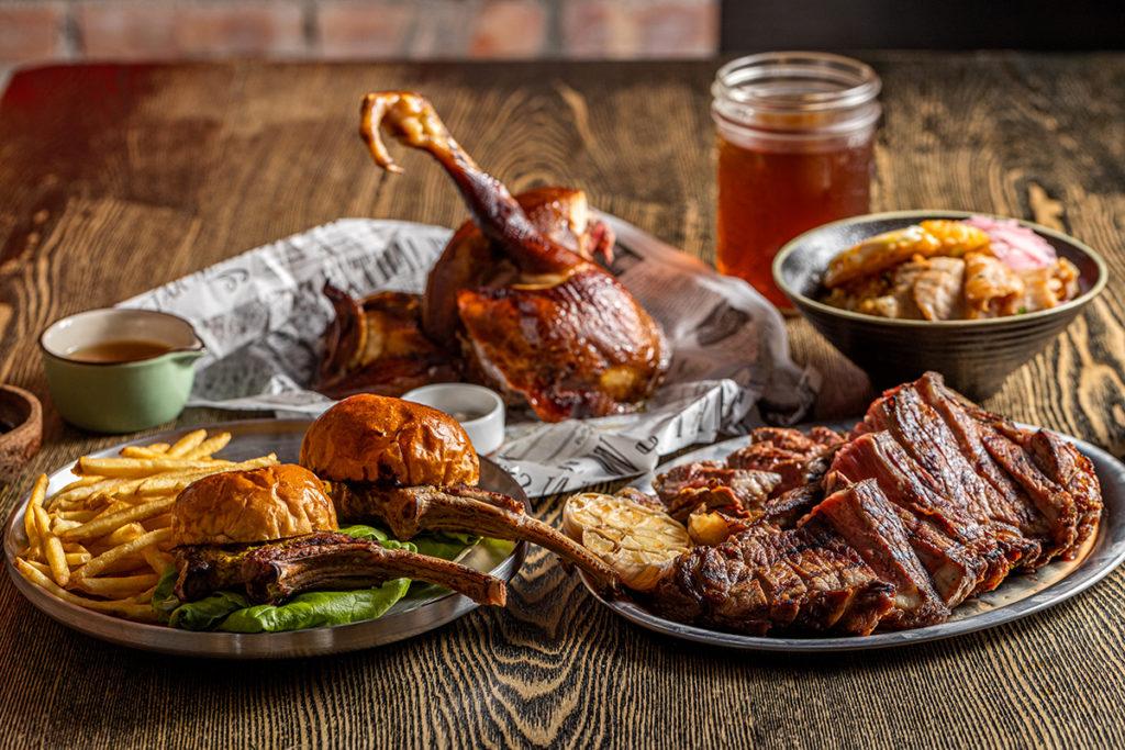 餐點特色著重在炭火燒烤的香氣與煙燻風味的展現。(圖. 棧直火廚房提供)