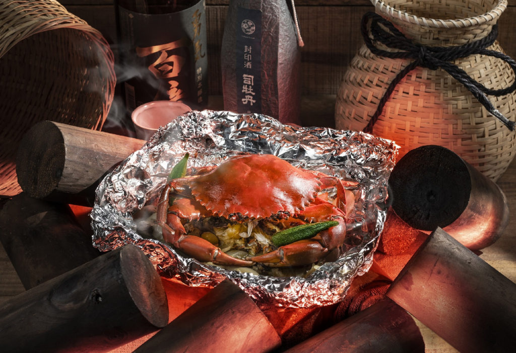 集結酒店內三家餐廳推出多種螃蟹料理,螃蟹柚子胡椒錫薄紙燒、金沙螃蟹與秋蟹火鍋海陸雙人套餐很值得一嘗。 (圖.台南大員皇冠假日酒店提供)