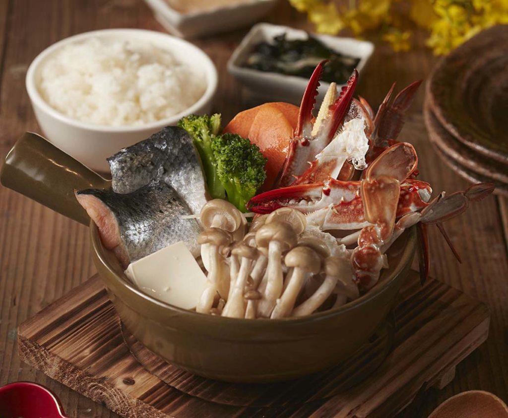 日式石狩鍋,是來自於北海道石狩地區漁夫們的伙食餐,由鮭魚、蟹及蔬菜加入味噌調味的火鍋料理。 (圖.王座餐飲提供)