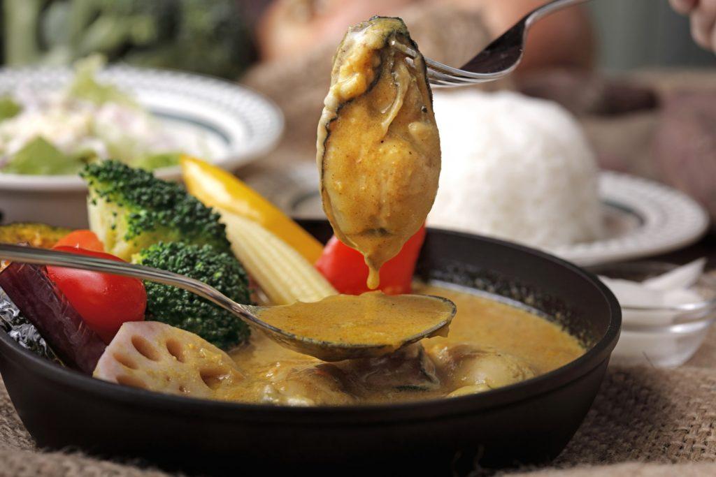 為滿足SOGO復興店客層需求,還有豪奢咖哩料理,嚴選2L級超大顆廣島牡蠣入菜,將咖哩與牡蠣結合推出溫潤湯咖哩,成了秋冬套心美味。(圖.泰迪農園咖哩提供)
