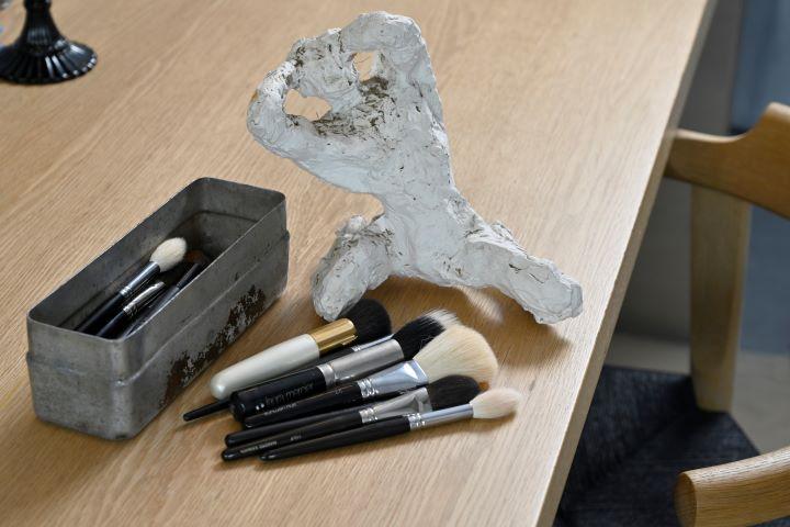 在日本留學打工時,領班送給他的彩妝畫筆,至今依然是Akira最重要的收藏。 (圖.陳思明 攝影 )
