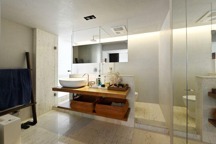 簡潔俐落的半開放是主臥衛浴情境,宛如島嶼度假酒店的衛浴氛圍。 (圖.陳思明 攝影 )