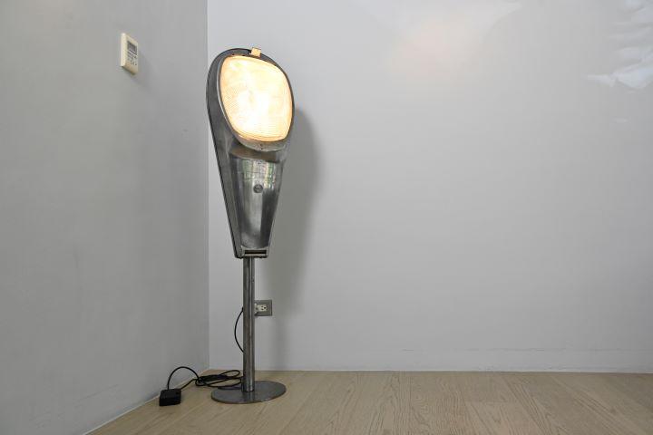 從巴黎舊貨市場中覓得的老路燈,化身成為空間中的美麗立燈。 (圖.陳思明 攝影 )