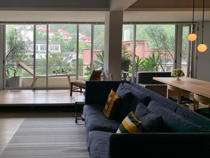 一整面洛帝玻璃窗可眺望滿眼的綠意,讓人有種世外桃花源的放鬆度假感。 (圖.陳思明 攝影 )