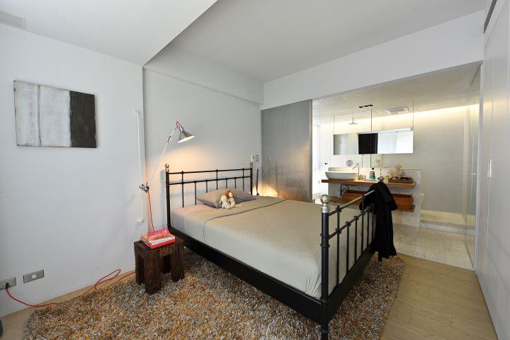 灰階色調的空間背景色,將家具家飾品襯托得更為立體有層次。 (圖.陳思明 攝影 )