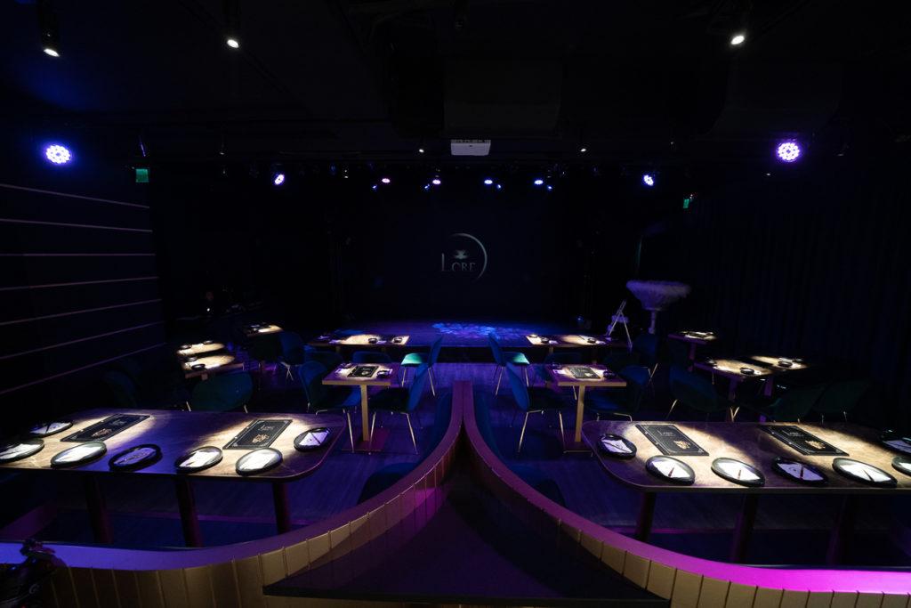 酒吧以最佳的賞劇動線和燈光效果來設計空間。 (圖. LORE 提供)
