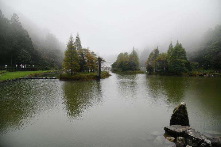 雨中的明池更顯詩意,宛如一幅朦朧的潑墨山水令人著迷。(圖.陳思明 攝影)