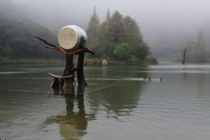 優人神鼓依據明池的山林池水打造出充滿禪意的舞台,優游而過的鴛鴦水鴨自然成為風景。(圖.陳思明 攝影)