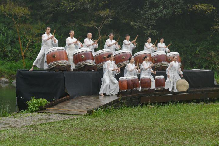 充滿節奏律動的鼓聲,喚醒冬日雨中的山神和現場650位觀眾的內心。(圖.陳思明 攝影)