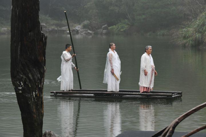 宛如一幅山水畫一般,吟唱著原民歌謠和鼓者乘著竹筏入場。(圖.陳思明 攝影)