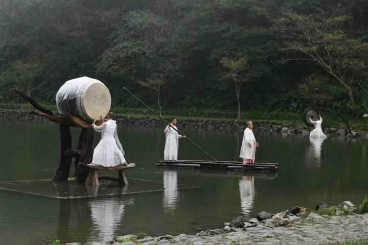 在鼓聲、在鑼聲、在原民的吟唱聲中,與四周山林的窸窣聲,共譜一曲大自然的聲韻節奏。(圖.陳思明 攝影)