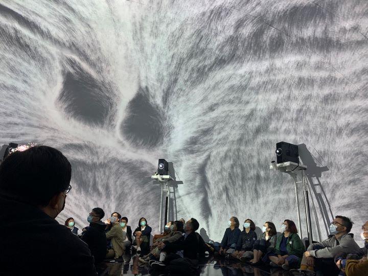 邀請參觀者將自己全然投入於視覺聲光的設計演出中。(圖.Jimmy 攝影)