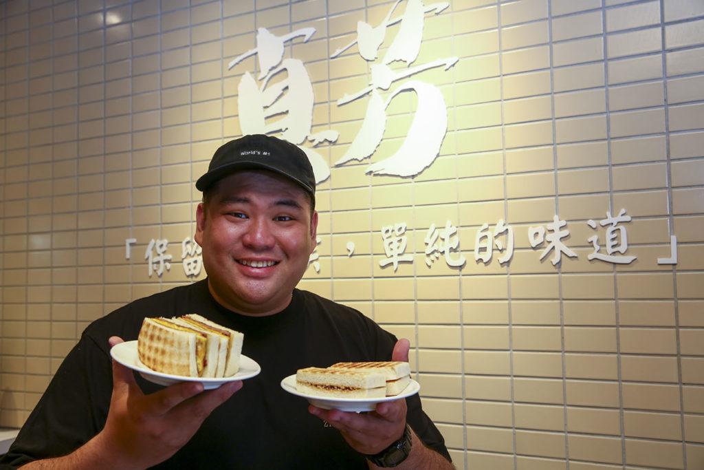從完全不懂經營,現在張文哲說起早餐店的各面向管理,可是頭頭是道。(圖.蔡暉宏攝)