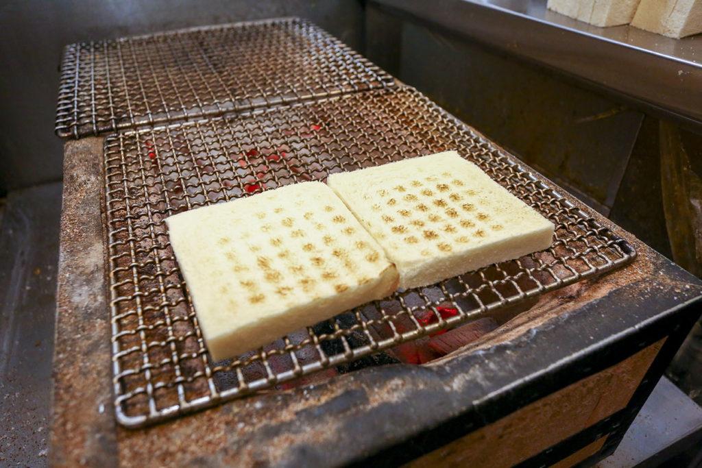 以炭火烤吐司可有外酥內軟的美味口感。 (圖.蔡暉宏攝)