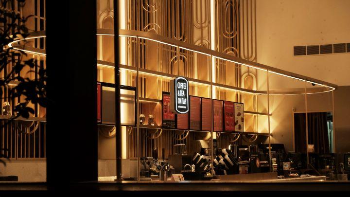黃銅材質勾勒的線條,營造出Art Deco的復古華麗姿態。(圖.星巴克 提供)