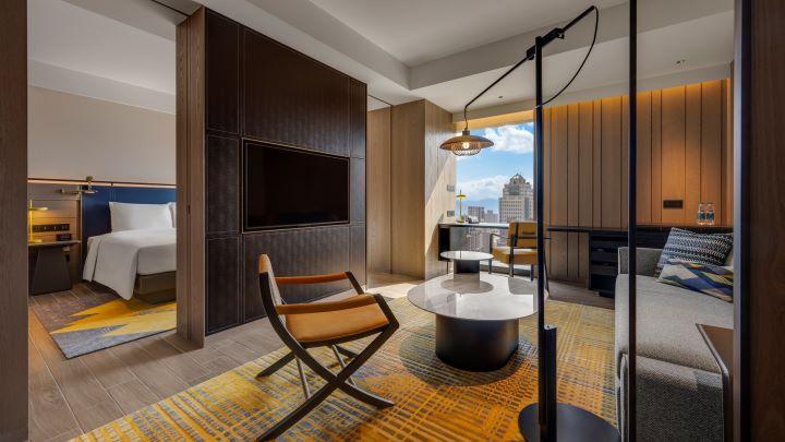 暖色調的客房和充滿電影元素的設計,讓台北時代寓所的住房呈現精準細膩的優雅風采。(圖.台北時代寓所 提供)