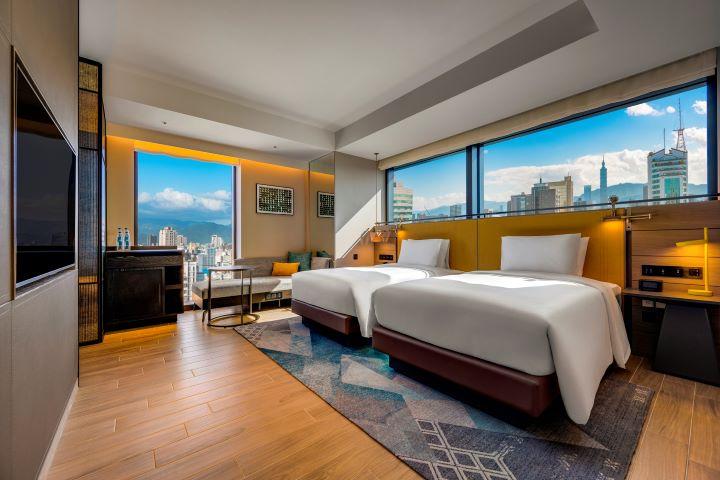轉角客房宛如電影觀景窗的設計,可以遠眺台北101的風景。(圖.台北時代寓所 提供)