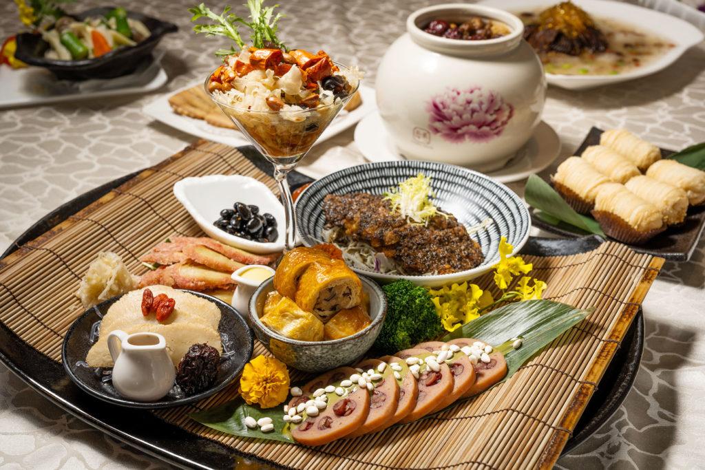 只能說這道「迎新富貴拼盤」很不簡單,主廚王志偉說,素食不若葷食食材,魚、蝦、肉本身就有其風味,可以料理出原味,也因此素食料理就要花心思,讓口味不能單調。這道拼盤含有黑松露菇菇排、藥膳猴頭菇、花椒香拌雙耳、古早味紅糟肉、抹茶紅豆蓮藕等,款款細緻。 (圖.徐嘉駒攝)