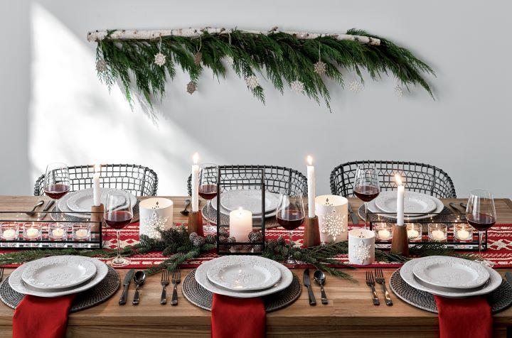 靈活運用高低層次、餐瓷、織品、蠟燭、應景綠意,為派對的餐桌妝點繽紛熱鬧的溫馨氣氛。 (圖. Crate and Barrel 提供)