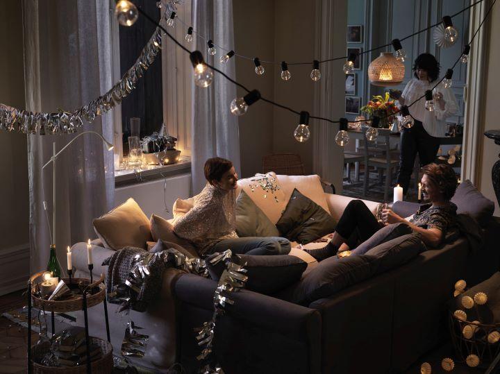 今年IKEA的年終派對主題,推薦運用燈具的巧思變化,為空間帶來光影層次和愉悅浪漫的氣氛。 (圖.IKEA 提供)