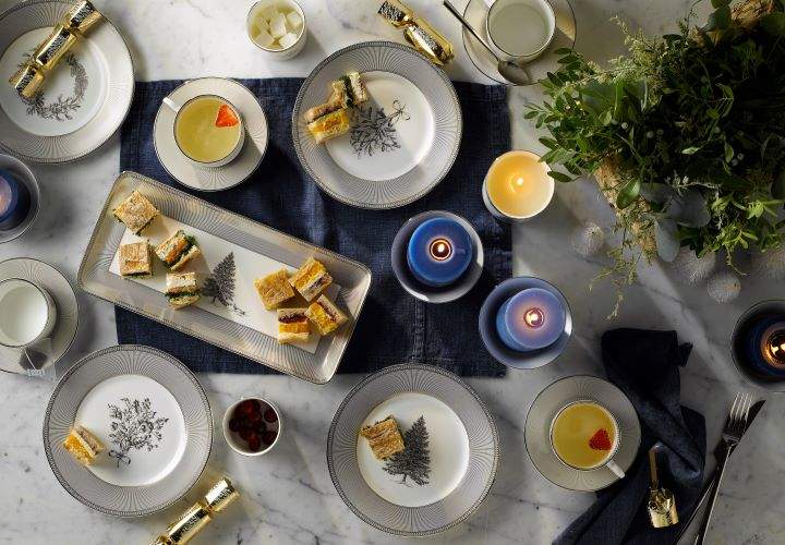 英國Wedgwood的「銀白聖誕」餐瓷系列,散發高雅的尊榮感。 (圖.Wedgwood 提供)