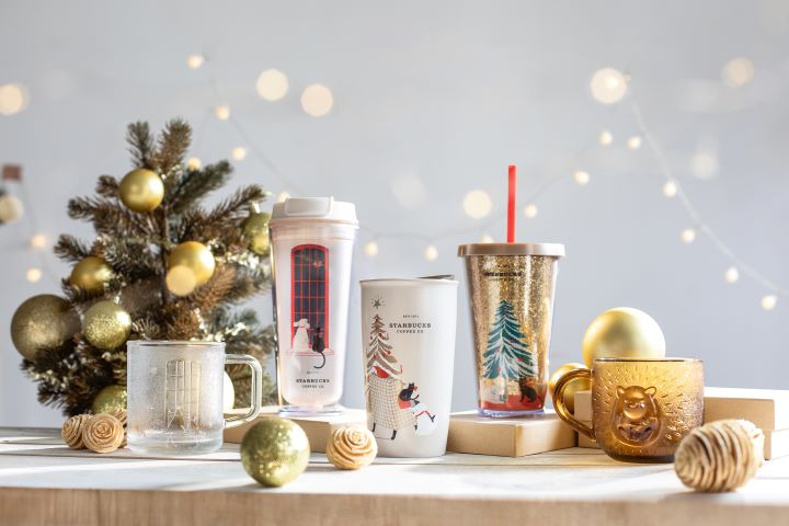金色、白色、銀色的隨行杯和玻璃馬克杯,讓寒冷的冬天多了一份高雅溫暖的質感。 (圖.星巴克 提供)