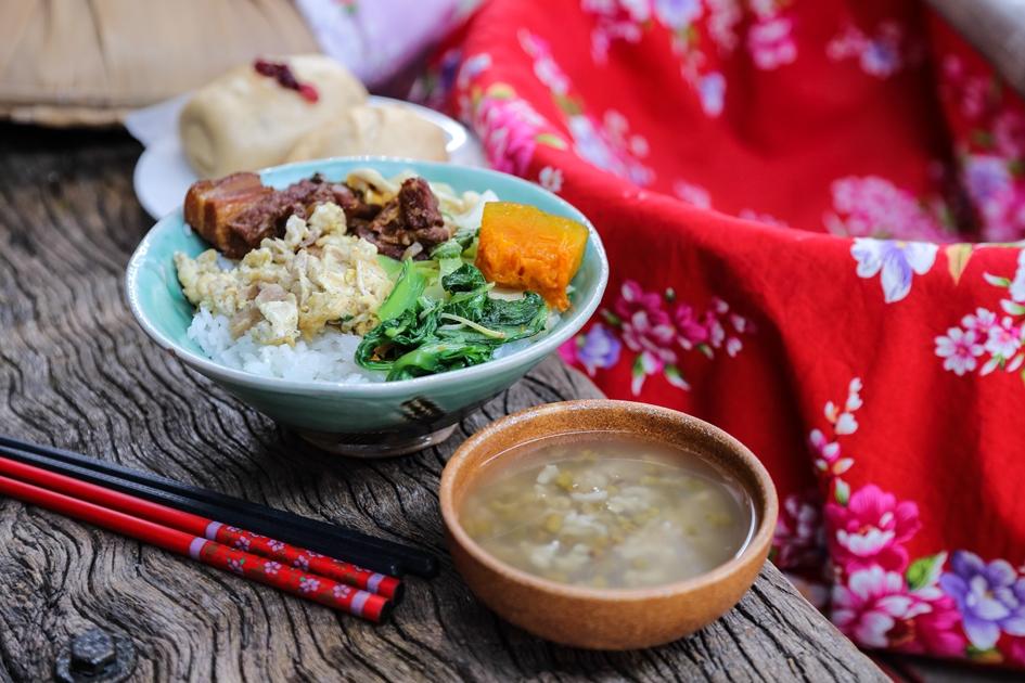 有肉有菜的割稻飯,是農村在收割季節的生活縮影。( 圖.蔡暉宏)