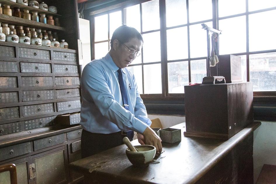 金德興中藥鋪裡保存著古色古香的中藥櫃。( 圖.黃俊瑋)