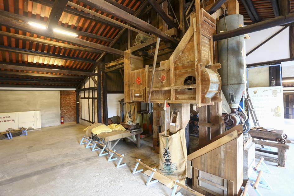 保留著古老碾米設備的義昌碾米廠,經過整修後重新開放成為假日喝咖啡的休憩場所。( 圖.蔡暉宏)