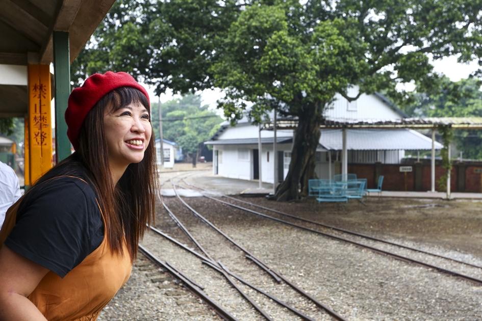 從烏樹林車站搭乘觀光用的五分車火車,行駛在園區與周邊田園景色中。( 圖.蔡暉宏)