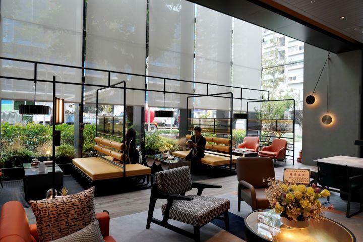 透過減建所營造出的戶外林蔭廊道,在室內也展現明亮與綠意盎然的景色。(圖.林玉偉 拍攝)