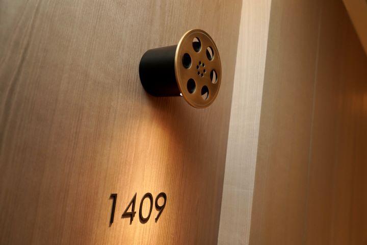 客房的房號指示照明設計成一個電影膠捲的卷軸 。(圖.林玉偉 拍攝)