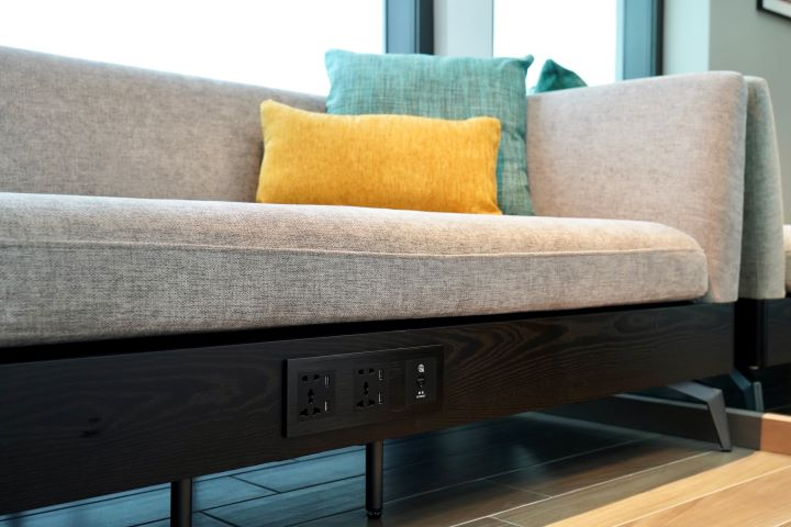 靠窗的沙發底座特別規劃了插座,提供房客隨時隨地享受3C科技產品的便利性。(圖.林玉偉 拍攝)