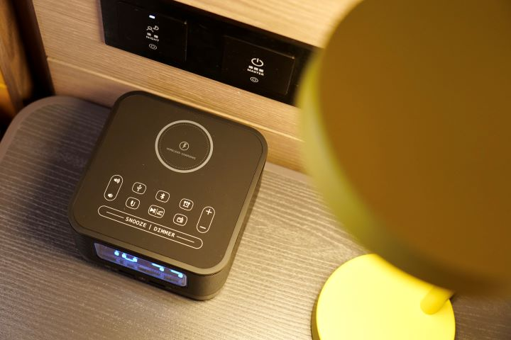 床頭桌擺放了可以直接充電的充電座,貼心地滿足現代人的科技焦慮。(圖.林玉偉 拍攝)